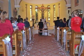 utulny krasny kostolik a vyzdoba