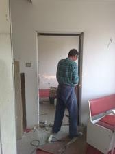 Dvere z kuchyne do obývačky. Zárubňa ide von.