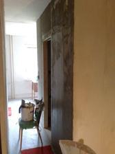 Vzadu je už vymaľovanú kuchyňa a vpredu osieťkovaná kúpelka.
