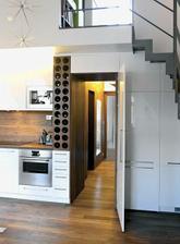 Dvere v kuchyni. Keď sú zavreté vyzerajú ako pokračovanie kuchynskej linky.
