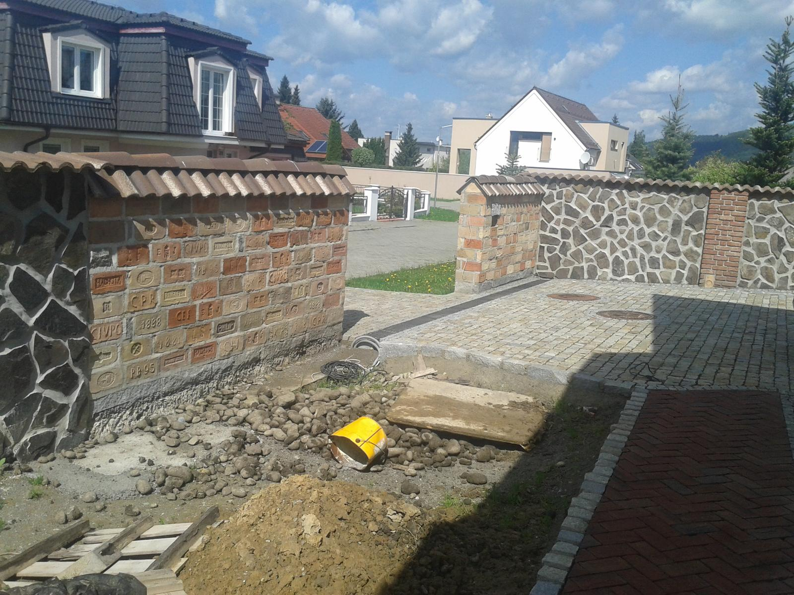 Exterier zahrada - Plot zo starych tehiel