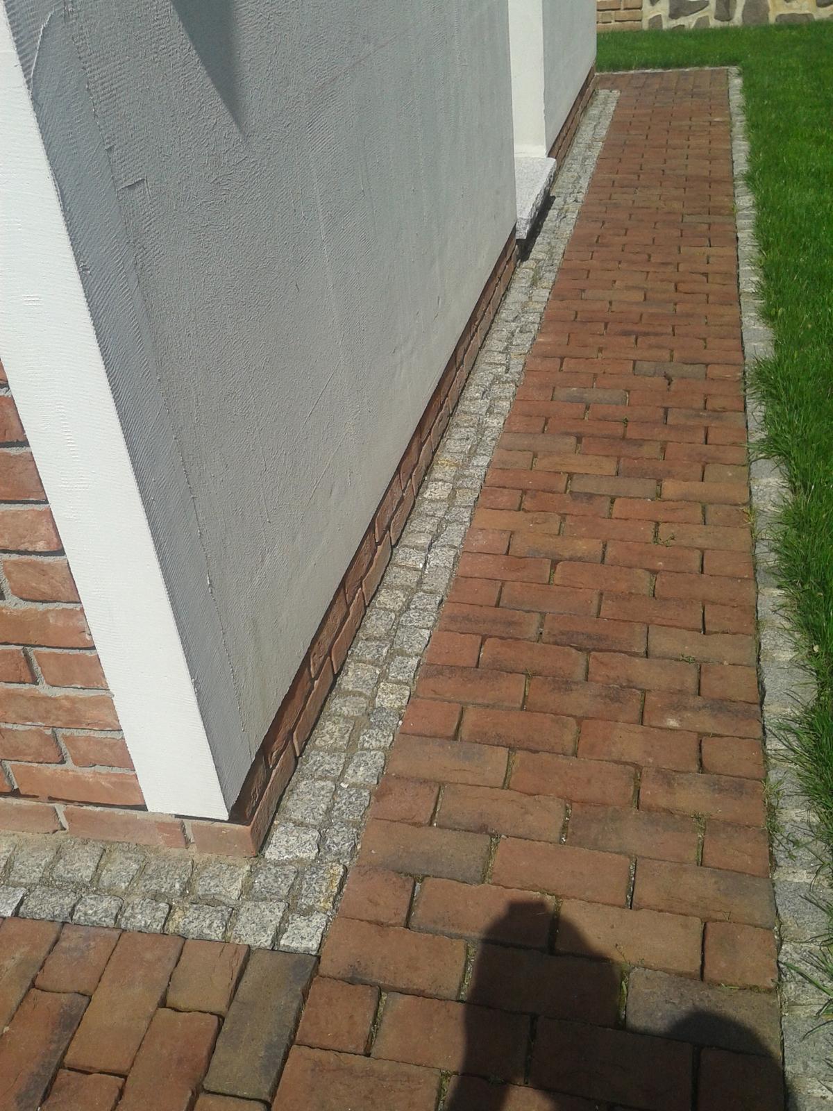 Exterier zahrada - Tehlový chodník za domom.