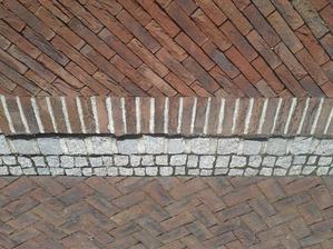 Detail prechodu z terasy na chodník.