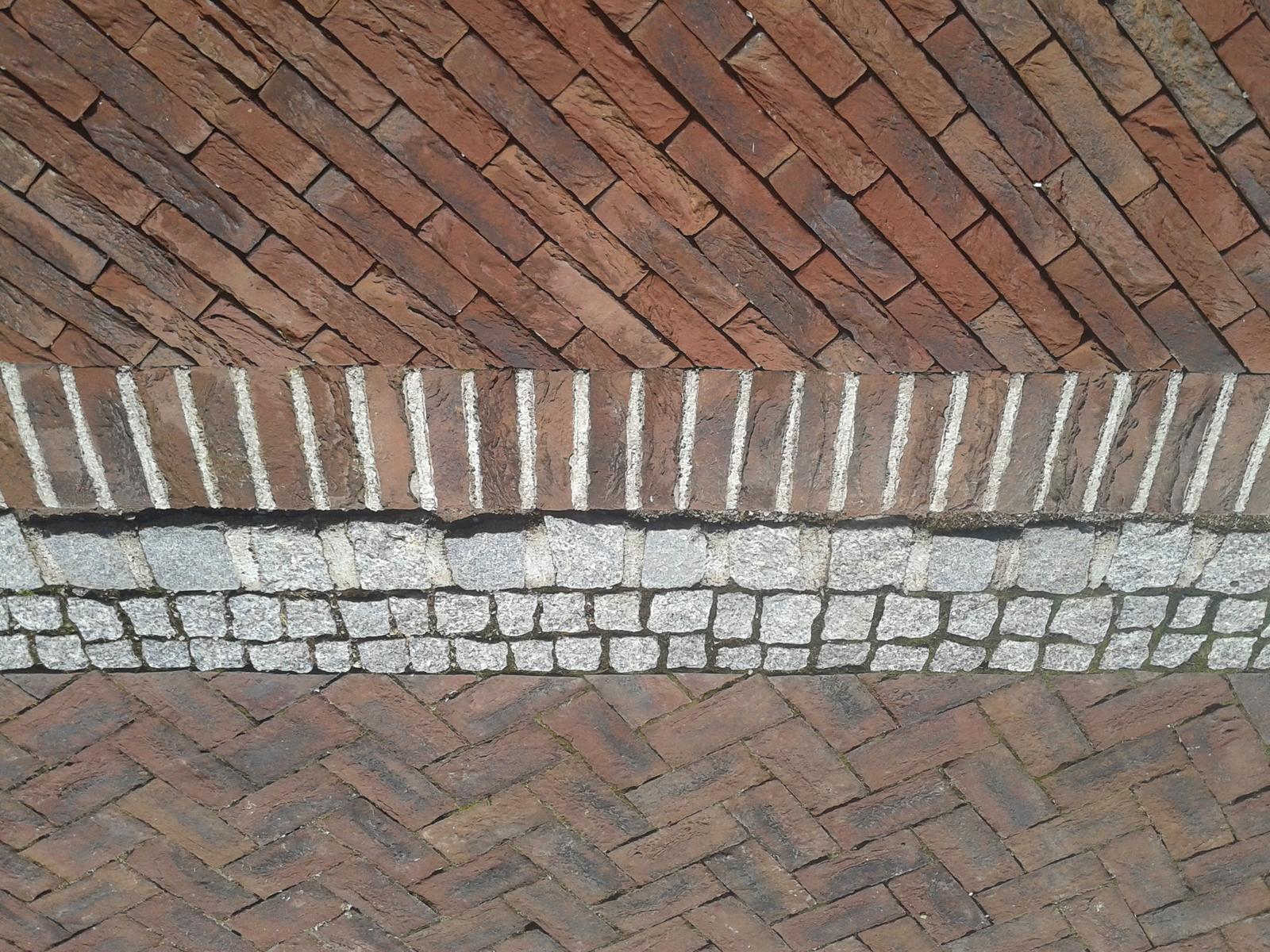 Exterier zahrada - Detail prechodu z terasy na chodník.