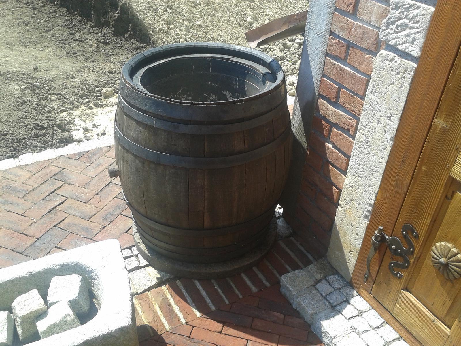 Exterier zahrada - V tom súdku bolo vínko...teraz dažďová voda...