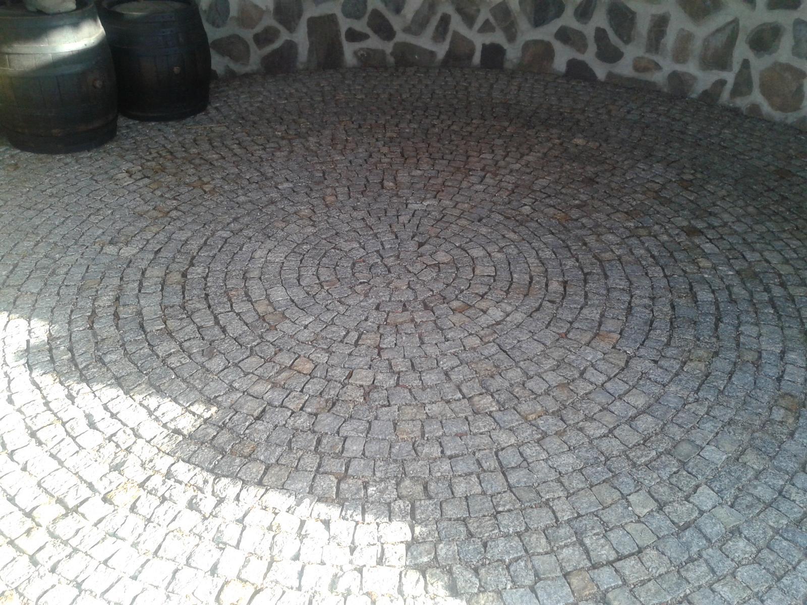 Exterier zahrada - dlažba v altanku