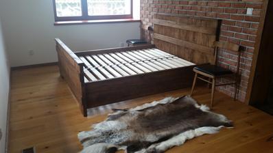 Spálňa...zatiaľ bez matrací a bez nočných stolíkov...