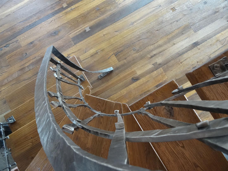 Náš interier - ...pohľad zo schodov na prizemie...
