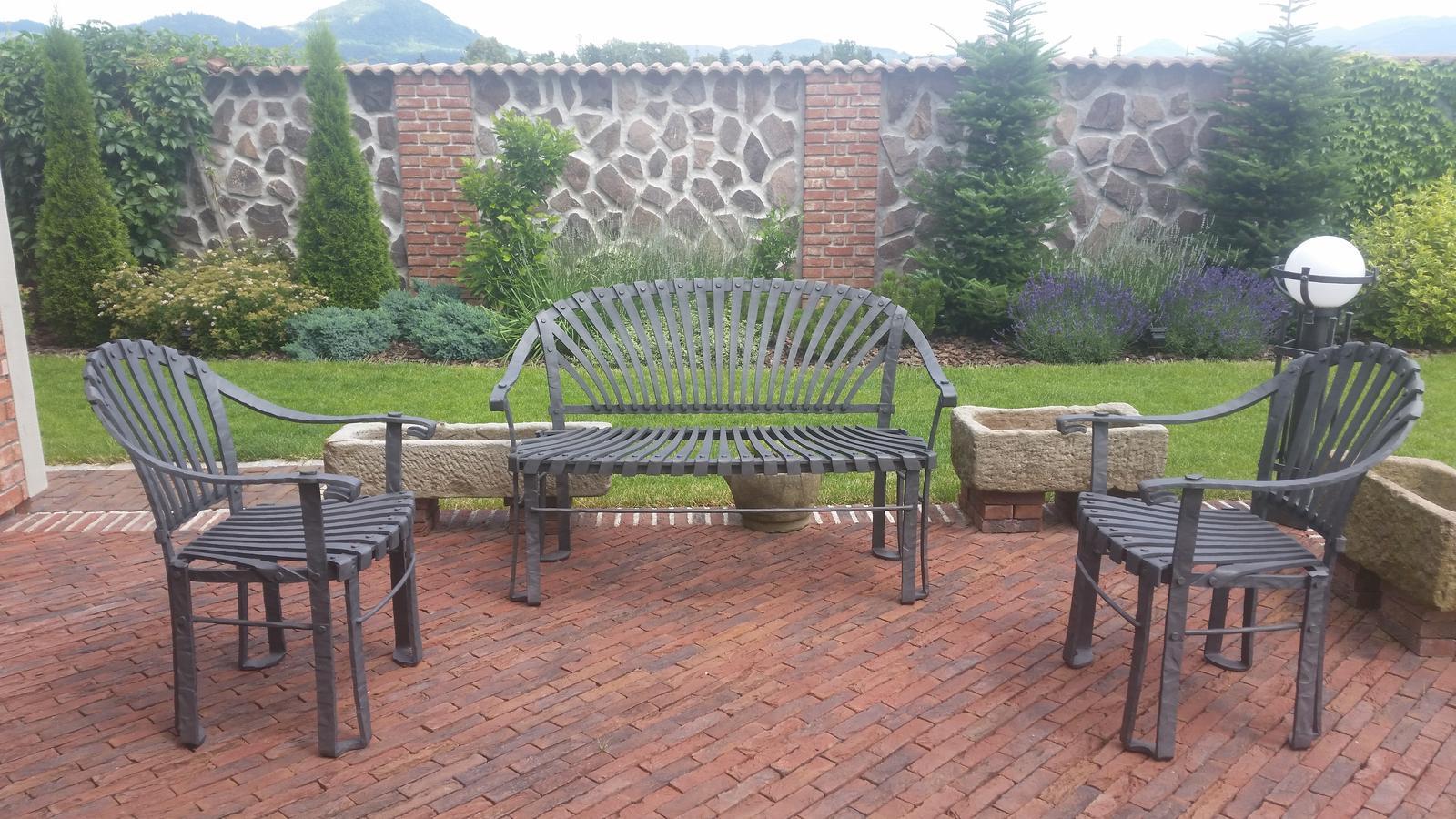 Exterier zahrada - ...nove sedeničko na teraske...zatial bez stolika...je vo vyrobe☺