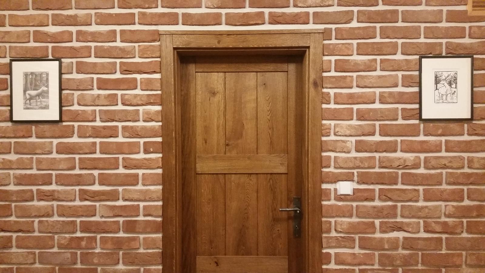 Náš interier - ...zavesili sme ich na poschodi na chodbe...dvere su vchod do satnika...