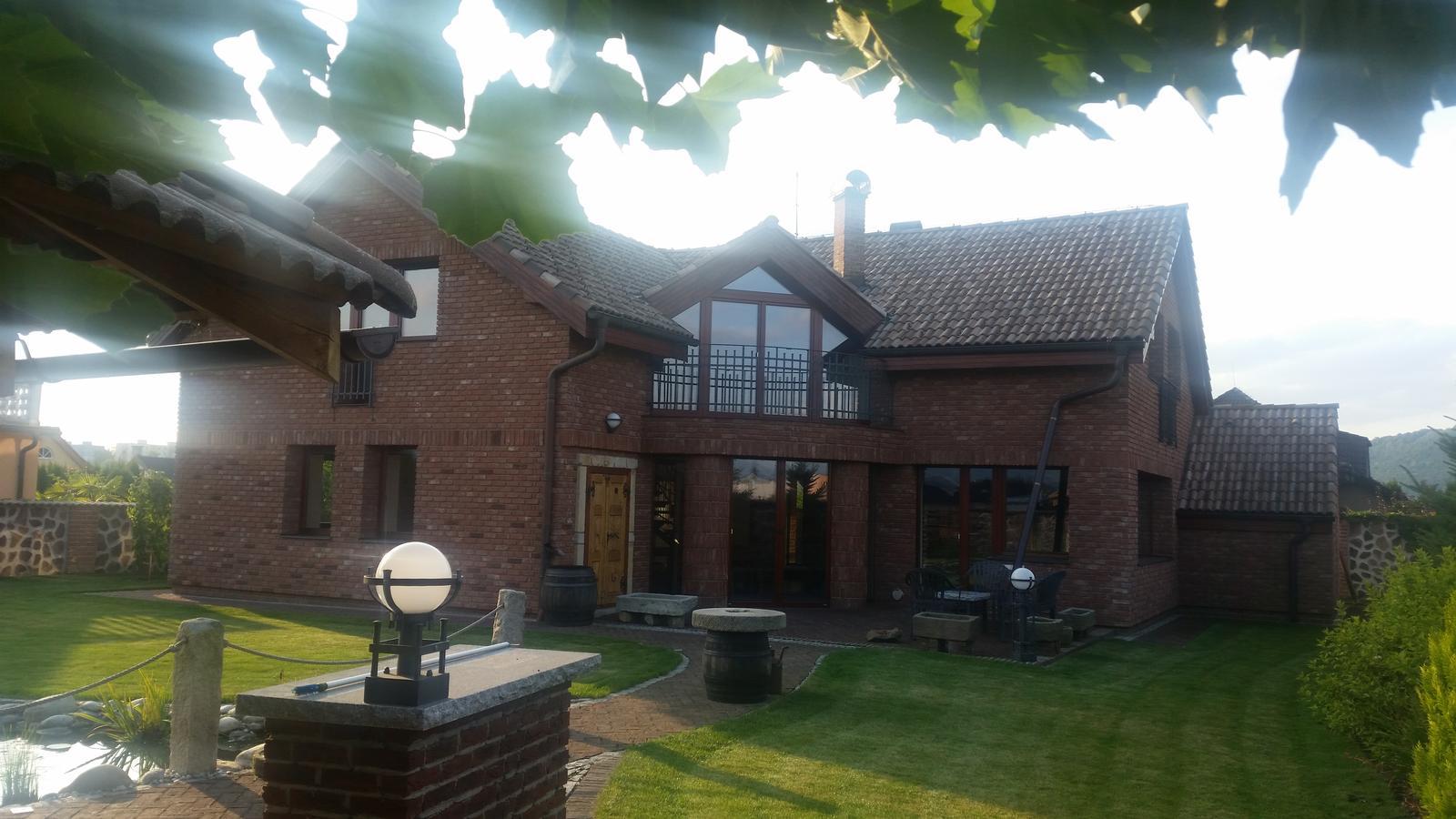 Exterier zahrada - Fasada dolepena, zafugovana...☺