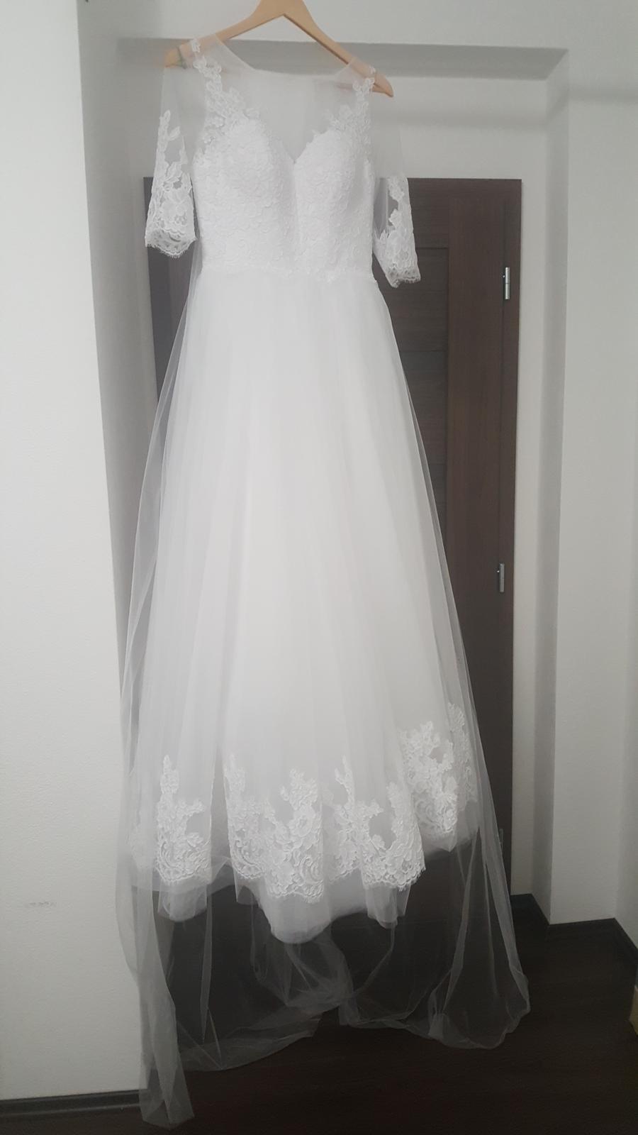 35c05b9b9e6e Pani bola milá a upravila mi šaty na mieru. Vo vnútri je šnurovačka a  niejeje ju vidno. Ja mam na fotografii este podprsenku ale bez nej je to  krajšie.