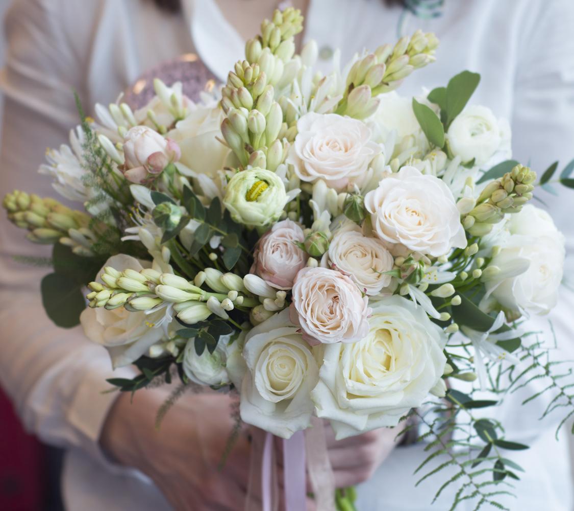 Svatební přípravy - Svatební kytici budeme ladit do těchto barev. Budou frezie, ranunculus, nevěstin závoj, Eucalyptus jako zelený prvek a možná anemonky. Květiny Renáta