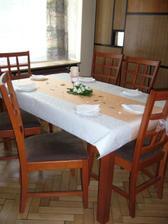 mali sme aj malinké stoly ktoré sme ozdobili takto