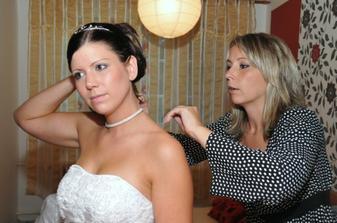 sestra zapíná náhrdelník