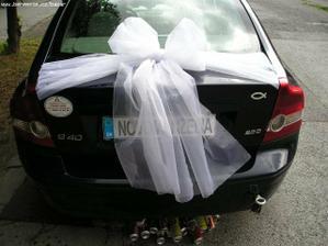 A toto zo zadu auta, brat so sestrou sa chystajú pripevniť aj plechovky :))