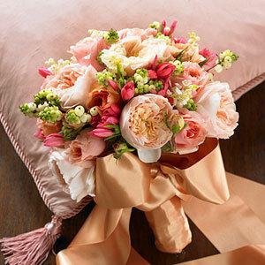 Kytice, co se mi líbí - líbí se mi stuha a druh květů (barva ale pouze bílo zelená)