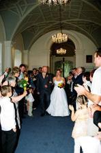 odchod ze svatební síně, všichni nám tleskali
