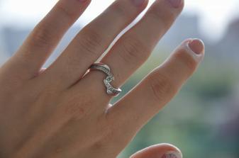 takymto krasnym diamantovym prstienkom ma priatel poziadal o ruku :o)