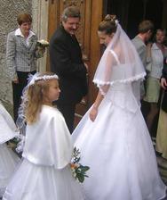 před vchodem do kostela - s družičkama