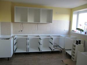 a kuchyňka se nesměle rýsuje :)