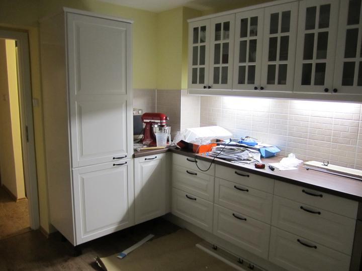 Naše podkroví - svoje místo našla lednička i světýlka