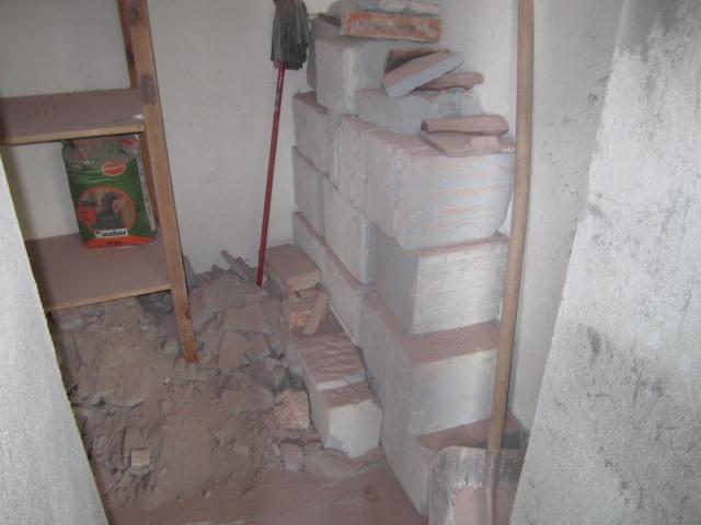 Naše podkroví - pohled skrz díru na sutiny :D
