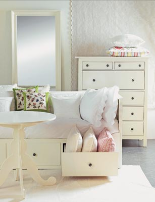 Biely  romanticky nábytok - dievčatá, zistila som, že nábytok v tomto blogu je pomerne nákladný, ale nezúfajme, Ikea to istí:-)