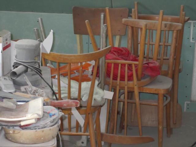 Naše podkroví - kde jsme jen vzali tolik židlí?