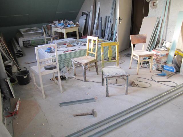 Naše podkroví - Židle kam se podíváš ... a nepořádek taky