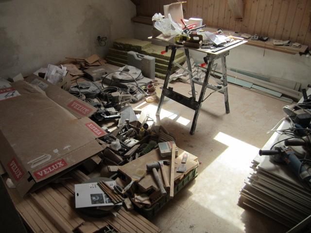 Naše podkroví - ložnice v současné době jako odkladiště