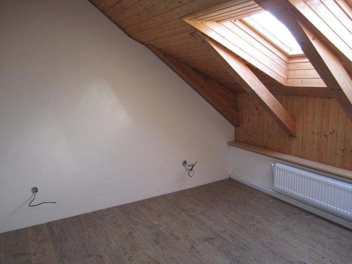 Naše podkroví - vymalovaná ložnice -světle béžová