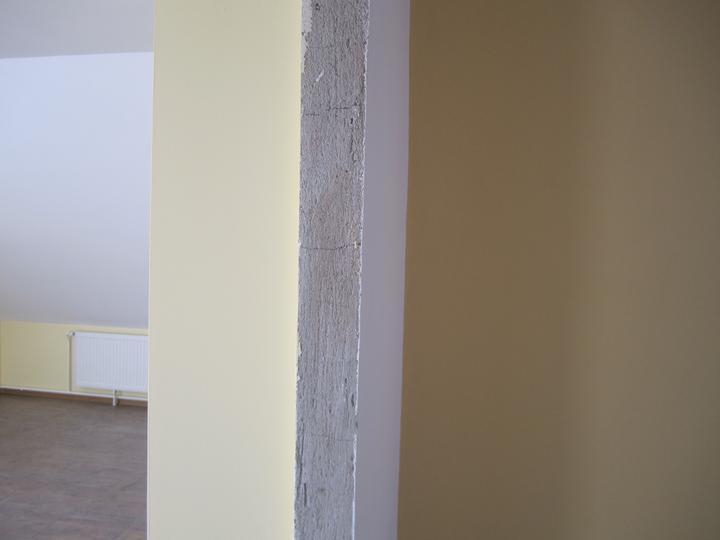 Naše podkroví - tady je patrný rozdíl v barvách - obývák/chodba
