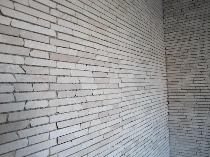 Naše podkroví - detail mozaiky: hlavní stěna + sprchový kout