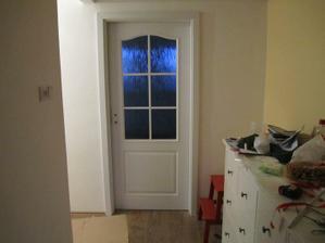 dveře do kuchyně .. za bordel na komodě se omlouvám, slouží jako odložiště :-D