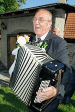 ...človek, ktorý mi pomohol do manželského chomúta: pán Dušan Oravec...