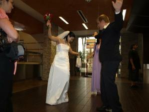skoronovomanželský tanec-ve skutečnosti koukám na špinavé šaty