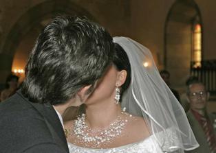 ....prvý novomanželský bozk........
