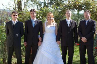 naši bodyguardi :o)...ale ktorý je ženích???
