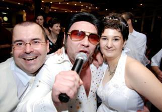 ... mladomanželia a Elvis ...