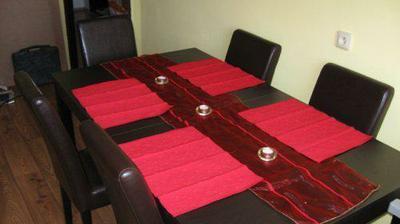 Připravený stůl na naše stolování.