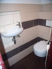 Záchod je hotový. Už jen světlo a dveře a je i soukromý..-)