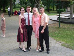 Najmladšia sestra s priateľom a sesternica s manželom