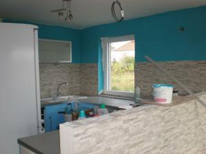 Kuchynská linka je biely lesk a stena je tyrkysová /na foto vyzerá inak ako v reále/