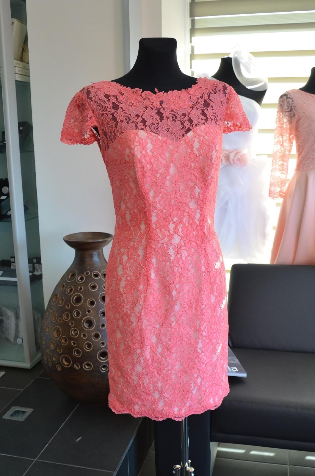 Krajkové šaty v barvě korálu - Obrázek č. 1