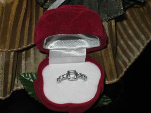 A tohle je muj zásnubní prstýnek