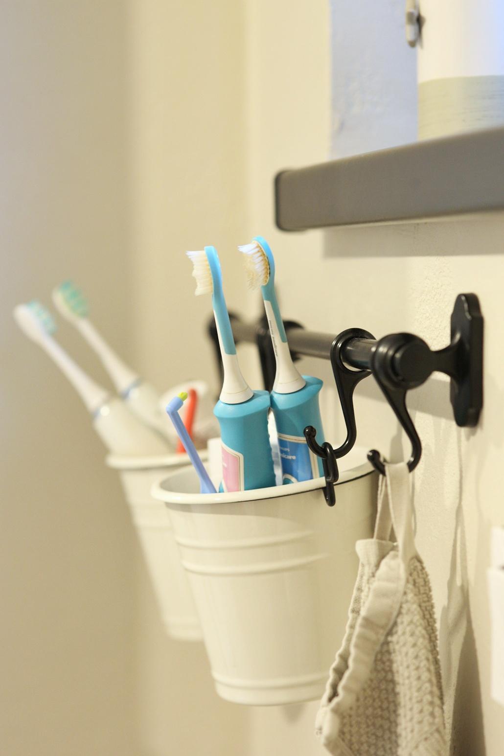 Dlouho jsem přemýšlela nad tím, kam v koupelně dávat elektrický kartáčky a pasty. 🤔 Na umyvadle jsem je nechtěla, na parapetu taky ne, ve skřínce už vůbec... 😊 Klasické držáky se mi nelíbí. A pak přišel spásný nápad. Kuchyňský organizér z IKEA. - Obrázek č. 1