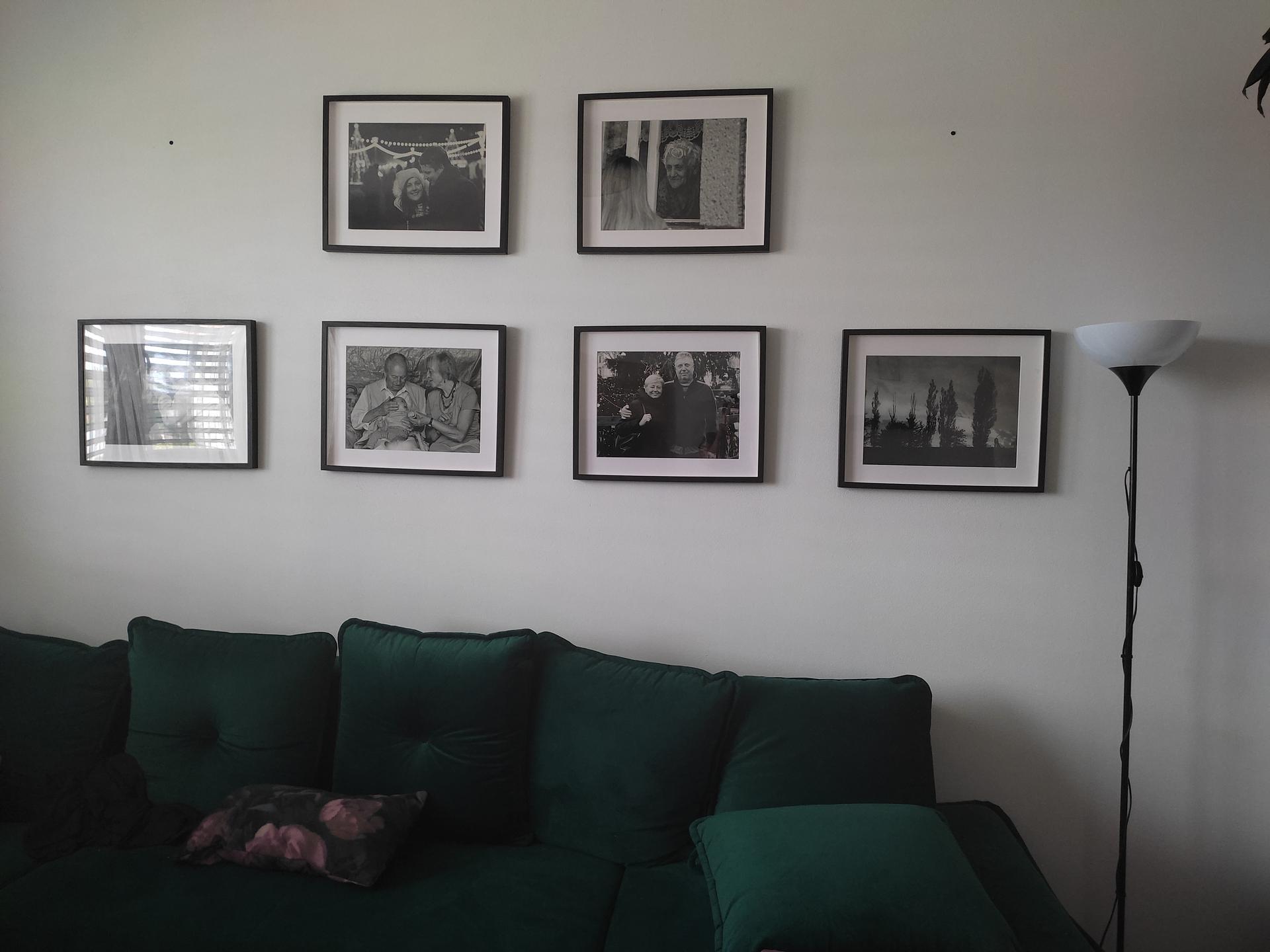 Hezký den, dochází mi inspirace, co na volnou zeď v kuchyni. 😔 Ve hře jsou police a kytky, rámy s vlastními fotkami ingrediencí/jídel, ale ani u jedné z variant nejsem stopro přesvědčená. Jinak ve spojené místnosti máme černobílé fotky a nad kamny sušené kvítí. Jaké dekorace máte doma vy? Btw. Ještě tam tedy budou dřevěné pojízdné dveře. - Obrázek č. 2
