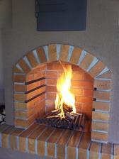 hoří :-)...a kouř jde z komína...skoro slza ukápla, je to jeho veledílo :-)