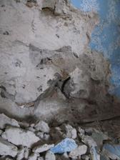 dnes sme načali vlhkú stenu v zadnej izbe...vyzerá to na kameň a hlinu...